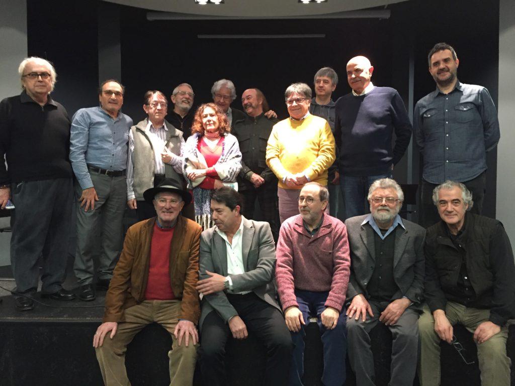 Fernando Aínsa (Arriba, primero por la izquierda) con un nutrido grupo de miembros de CRISIS